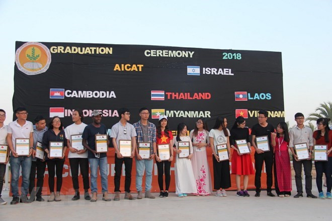 Students from Vietnam and other countries pose for a photo together at the graduation ceremony