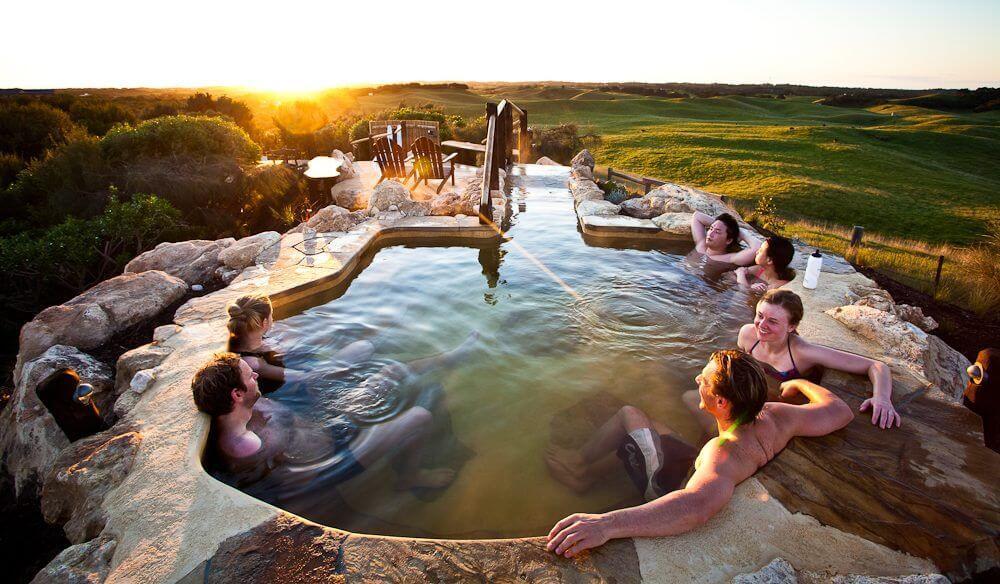 Tắm khoáng nóng sẽ là lựa chọn thông minh dành cho những ai đang có kỳ nghỉ ngắn ngày.